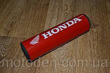 Подушка на распорку руля кроссового мотоцикла Honda (белые буквы) 20х5см