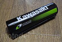Подушка на распорку руля кроссового мотоцикла Kawasaki (белые буквы) 20х5см