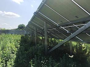 Тыльная сторона оцинкованных ферм с установленными солнечными панелями.