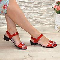 Женские лаковые босоножки на маленьком каблуке, цвет красный. Срочный пошив