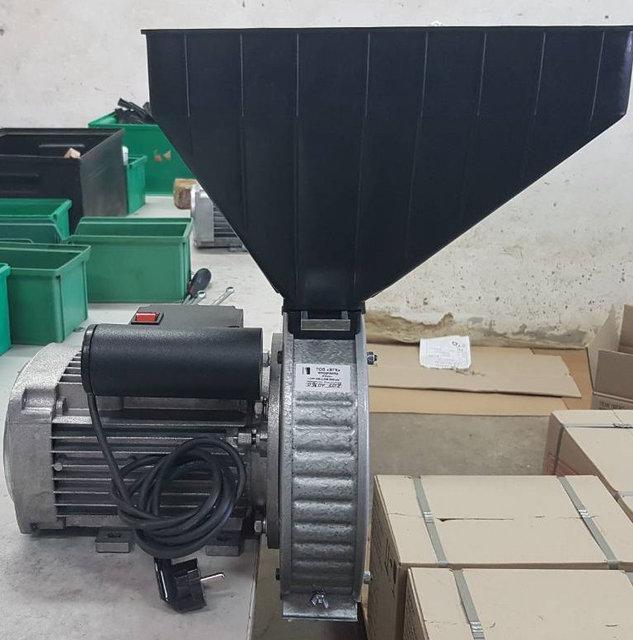 Зернодробилка роторная 1,7 кВт. Измельчитель зерна и кукурузы ГАЗДА Р-71