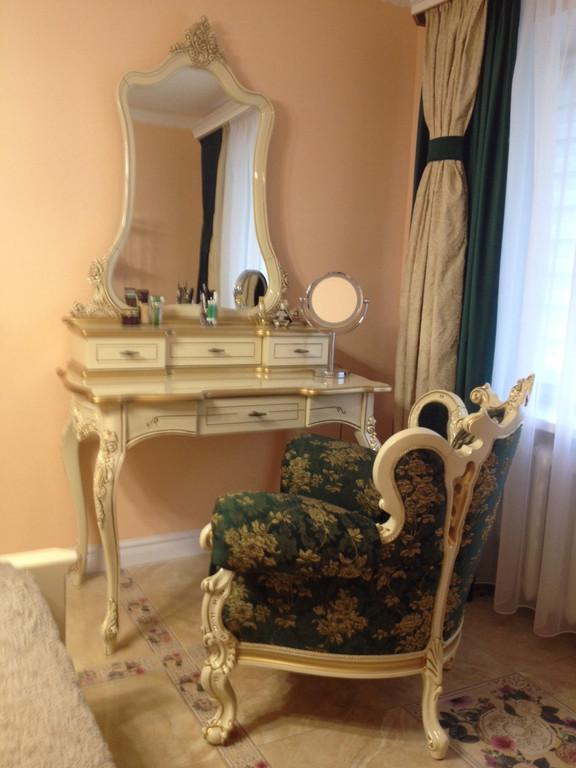 """Кресло """"Белла"""" и туалетный столик № 10 из массива березы."""