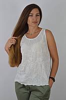 Женская майка белого цвета с кружевной вставкой, вышитыми узорами и элементами прошвы, размер M/L, арт. 7670-3