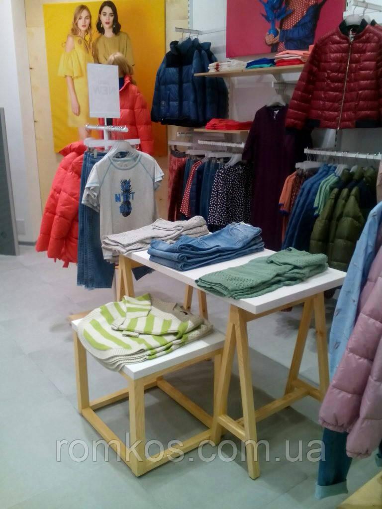 Стол деревянный для одежды