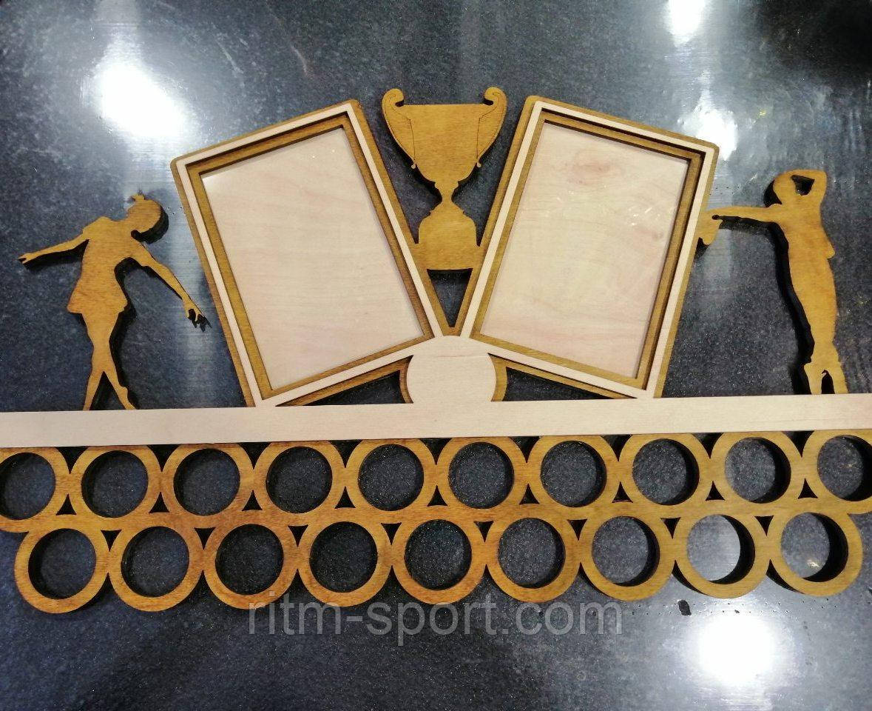 Медальница с рамками под фото и фигурками танцоров