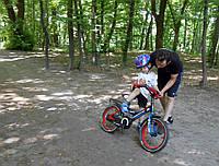 Обучение катанию на велосипеде по разному покрытию, Назар 5 лет