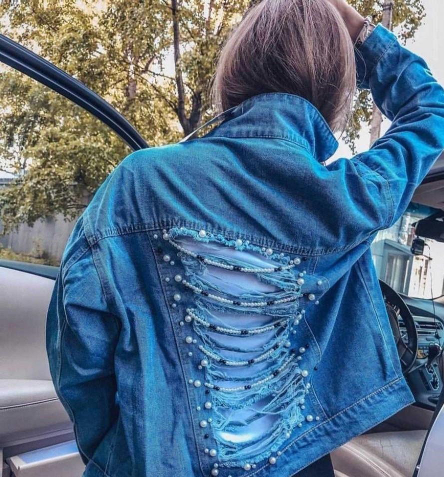 Куртка джинсовая с рваными разрезами и жемчугом на спине.