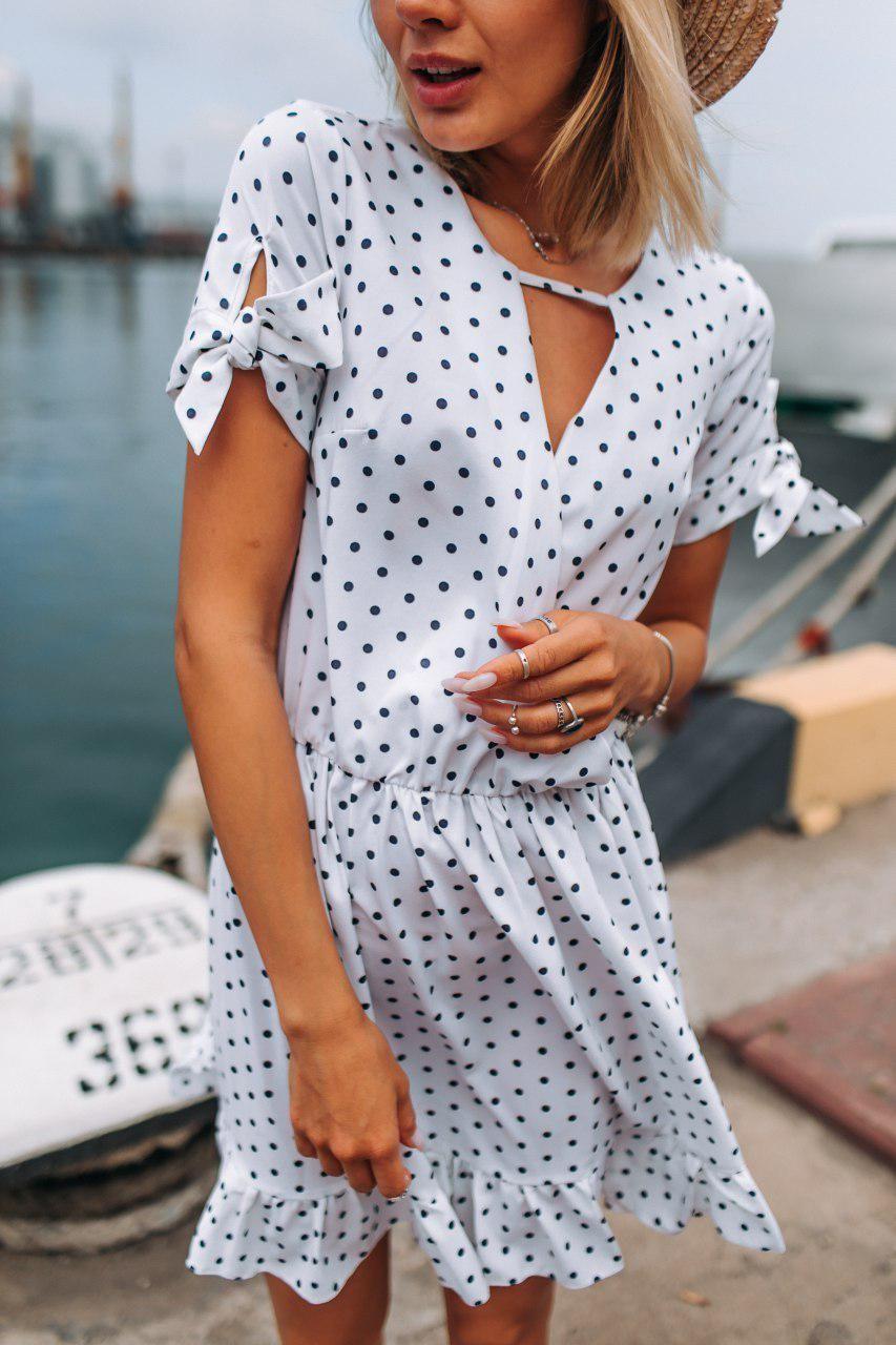 Стильное коктейльное платье мини в горошек - белое