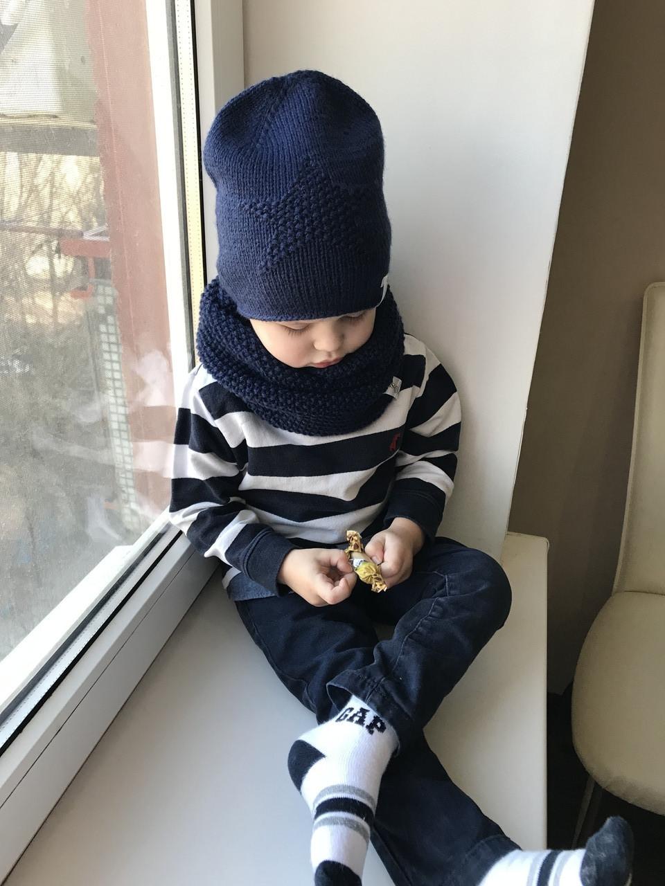 Демисезонный детский вязаный набор шапочка и снуд для мальчика ручной работы .