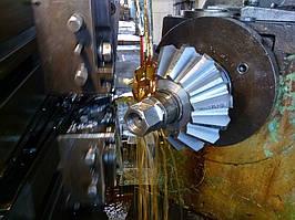 Процесс нарезки зуба на конической шестерне приводных роликов и трансмиссионных валов, диаметр - 300 мм., модуль - 20, количество зубьев - 15.