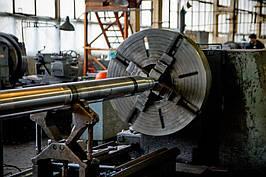 """Станок 1М65 (Токарный):  • Наибольший диаметр обрабатываемого изделия : над станиной 1000 мм над суппортом 600 мм • Наибольшая длинна обрабатываемого изделия 6000 мм • Наибольшая масса обрабатываемого изделия 5000 кг ООО """"Укрремпром"""" г.Днепр"""