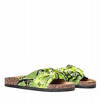 Салатовые шлепанцы со змеиным принтом на плоской подошве, фото 1