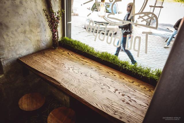 Неповторимый стол с видом на улицу стал излюбленным местом кофеманов.