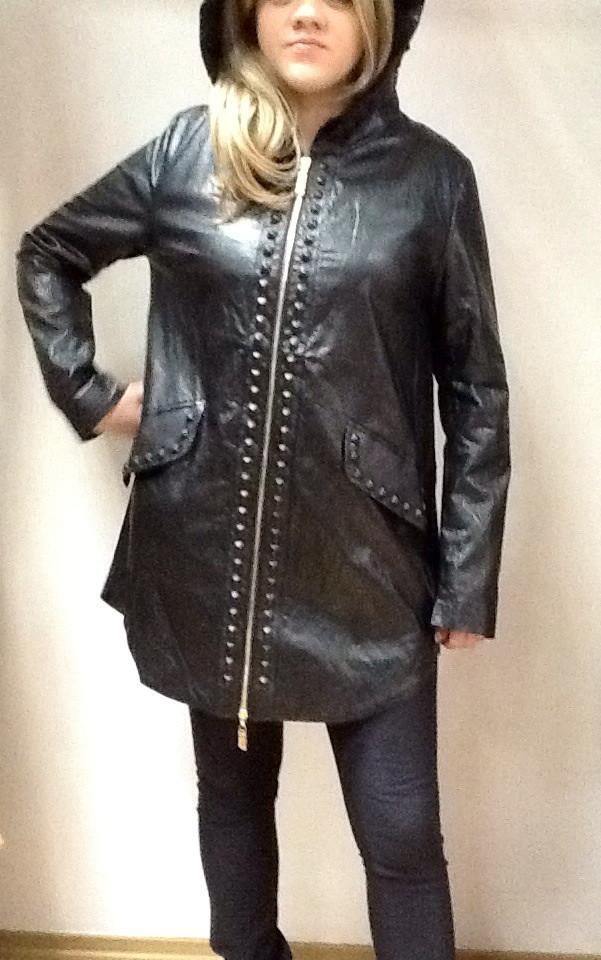Куртка женская из экокожи черная длинная с капюшоном на молнии.