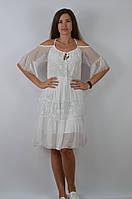 Женское платье белого цвета на тонких бретелях с небольшим рукавом и открытым плечом, размер M/L, арт. D 6071