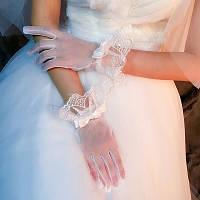 Красивые белые нежные свадебные перчатки сеточка, закрытые, кружево и атласные бантики.