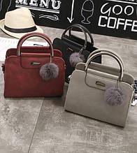 Женская сумочка сумка  с меховой подвеской брелком черная серая красная розовая