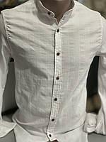 Молодіжна стильна біла чоловіча сорочка на стійку з коричневими гудзиками. Slim Fit.Туреччина.