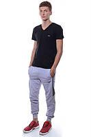 Спортивные штаны с двумя полосками и с манжетами для стильных мужчин. Есть два кармана. Цвет серый. Бренд Cita