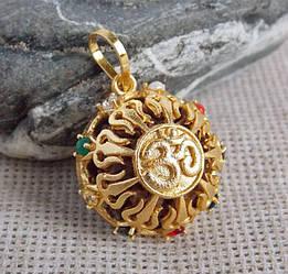 Кулон золотистый с рудракшей с символом Ом Навратна