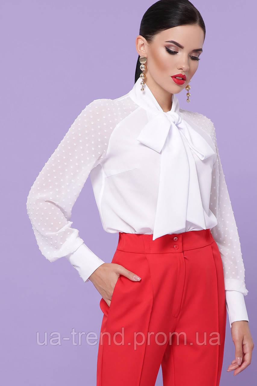 Белая блузка с бантом на шее