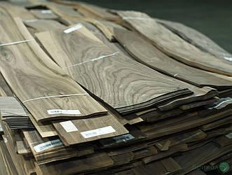 Шпон з деревини Горіха Американського - 0,6 мм I гатунок- довжина від 1 до 2 м / ширина від 12 см+ (струганий)