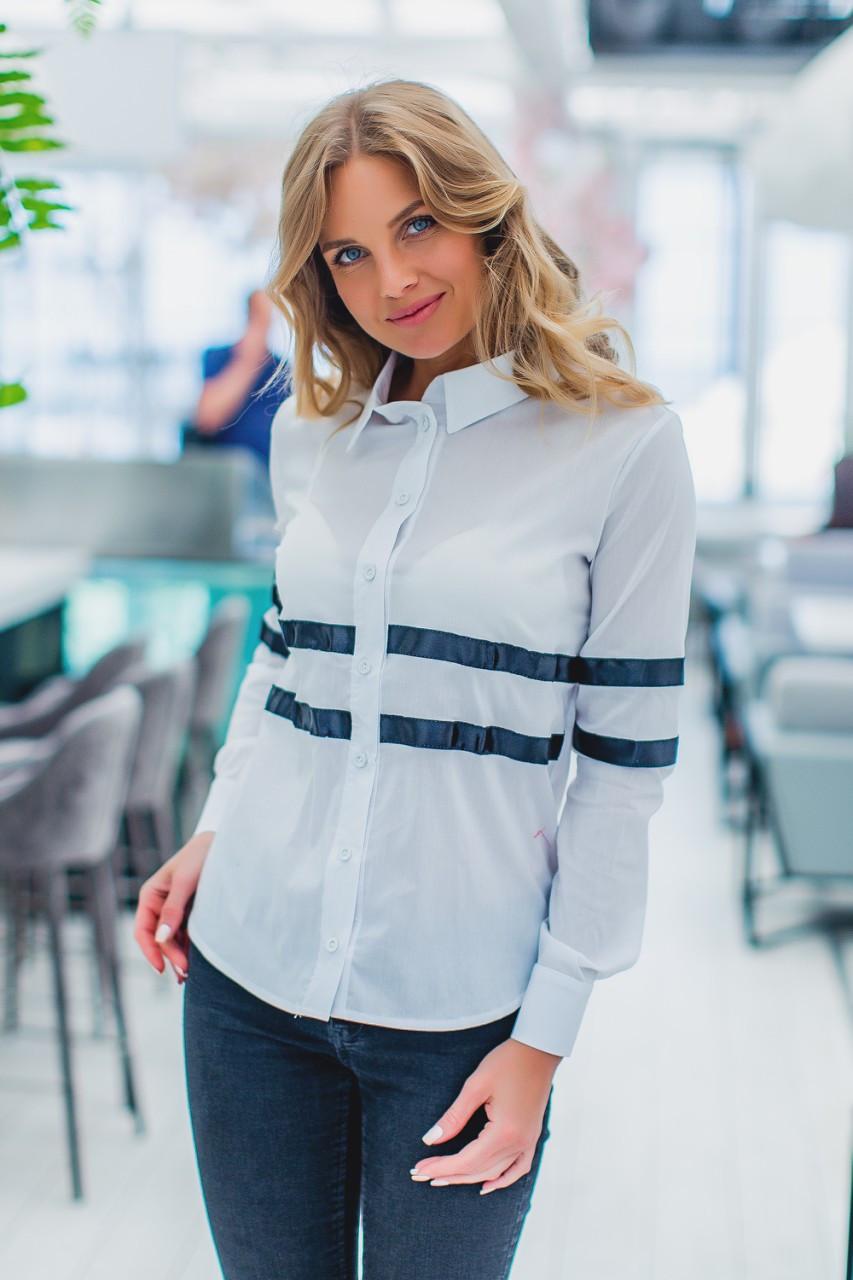 Женская рубашка белого цвета с контрастными лентами