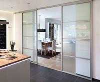 Подвесные стеклянные двери между кухней и гостиной
