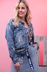 Джинсовая женская куртка с дырками и потертостями