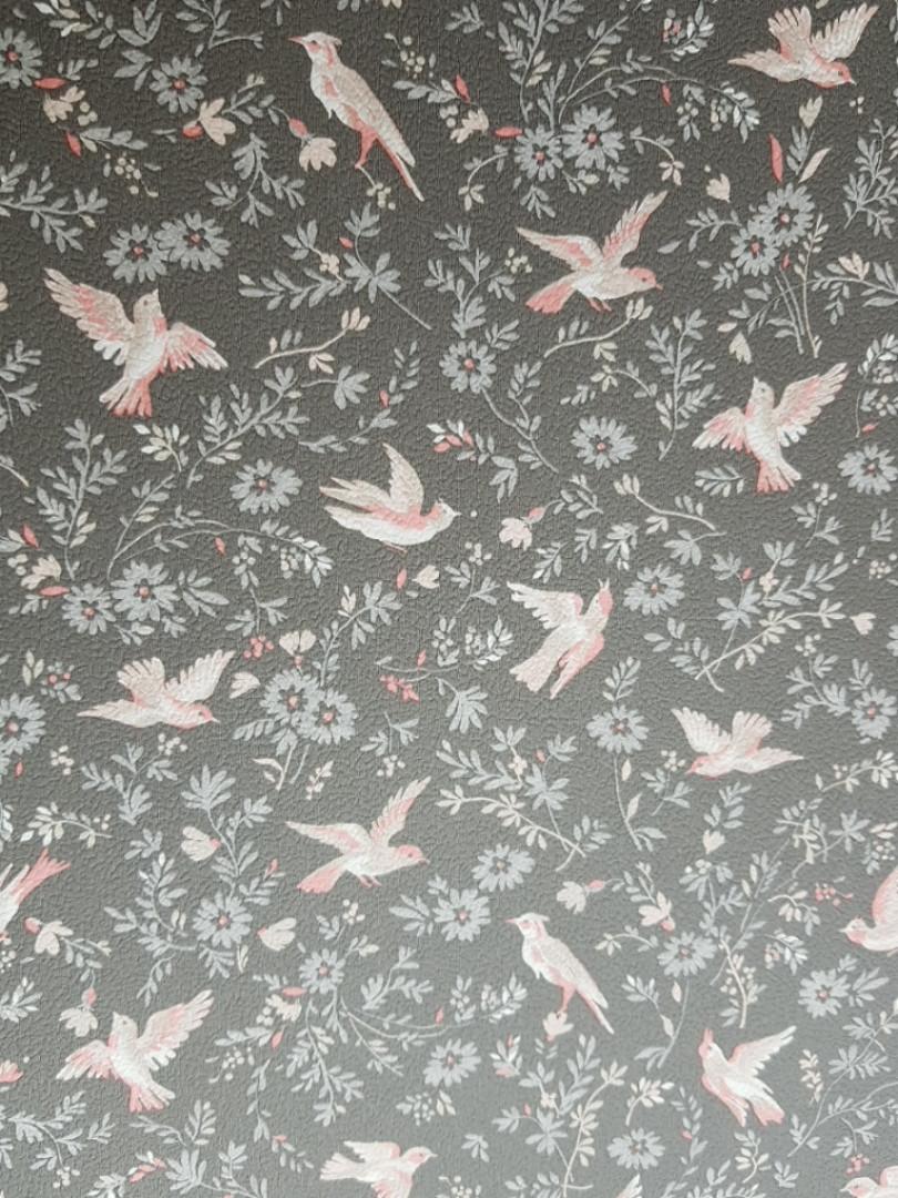 Обои виниловые на флизелине Petite Fleur 4 Rasch Texti 288901 на сером фоне розовые птицы цветы