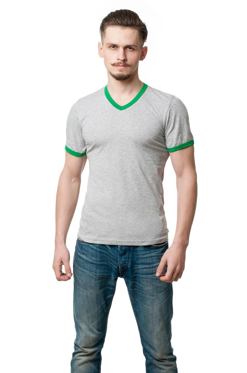 Мужская однотонная футболка приталенного кроя, края рукава и V-образный вырез горловины отстрочены тканью контрастного цвета, меланж + зеленая трава