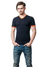 Мужская однотонная футболка приталенного кроя, края рукава и V-образный вырез горловины отстрочены тканью контрастного цвета, темно-синяя