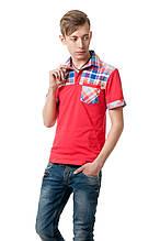 Яркая молодежная футболка декорирована элементами в клетку, с отложным воротником и небольшим карманчиком на груди, красная