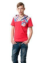 Яркая молодежная футболка декорирована элементами в клетку, с капюшоном и небольшим карманчиком на груди, красная