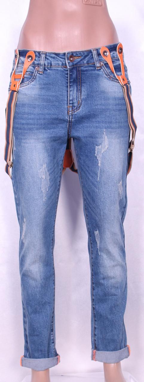Женские джинсы-бойфренды с подтяжками