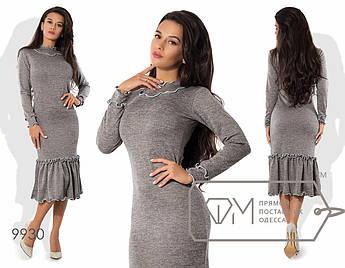 Платье-футляр миди облегающее из ангоры софт с широкой оборкой по подолу и отделкой контрастными спиральными рюшами 9930