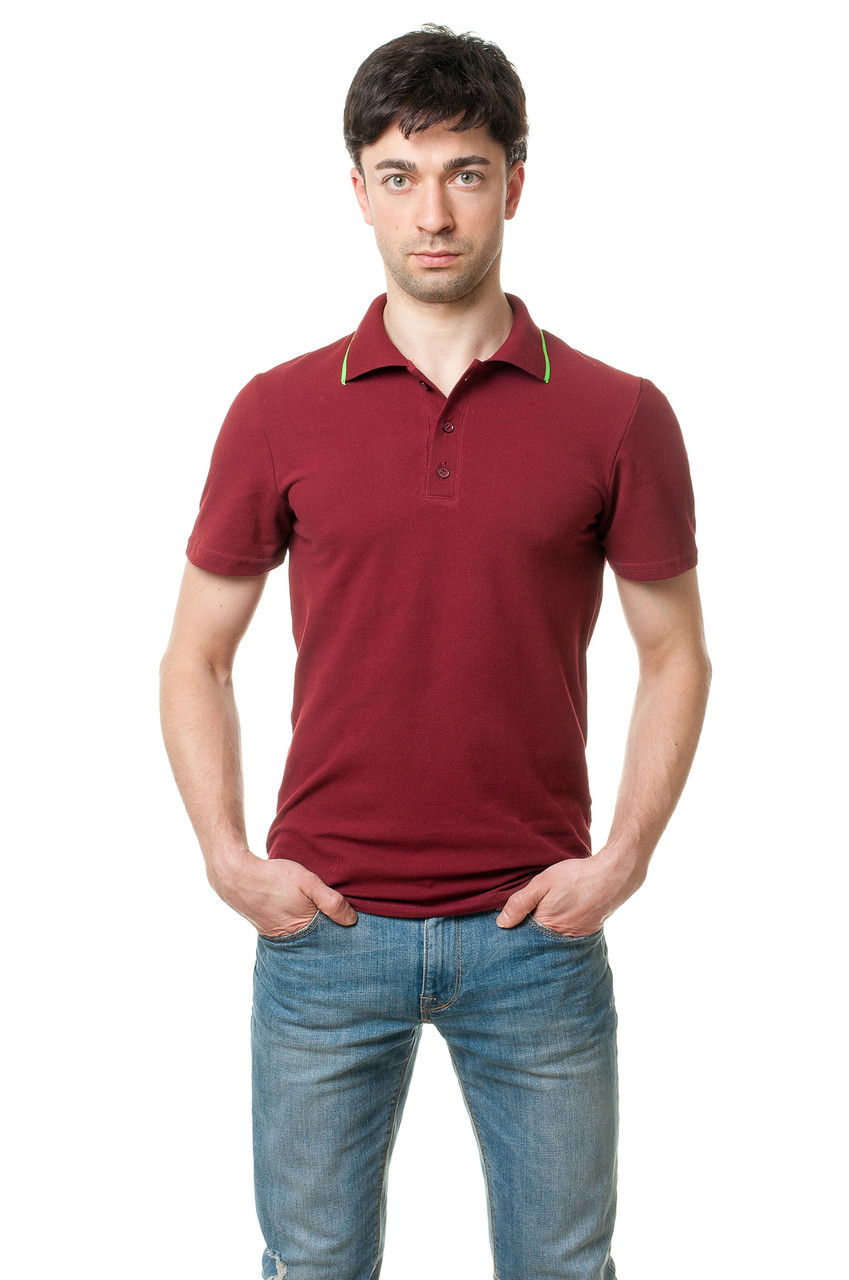 Однотонная мужская футболка-поло классического кроя, освежает модель салатовая полосочка на вороте, бордовая