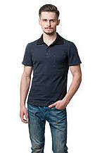 Мужская футболка-поло классического кроя с небольшим карманом на груди, отложной воротник выполнен в черном цвете, темно-серая