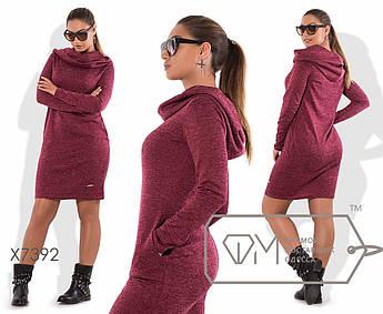 Платье-толстовка мини приталенное из ангоры софт с воротником-капюшоном, косыми свободными карманами и эмблемой на подоле X7392