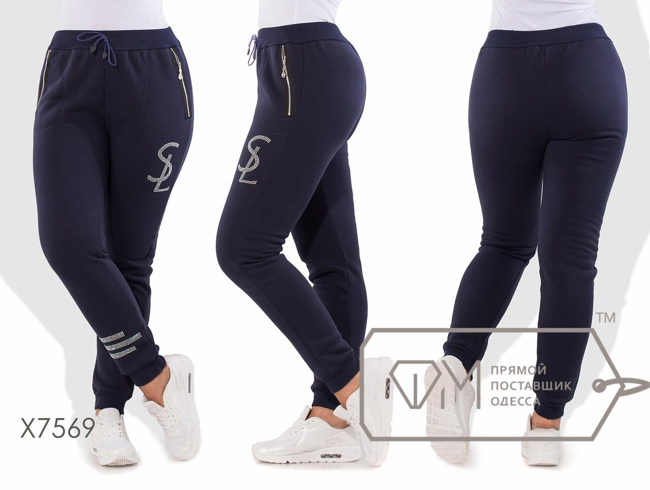 Спортивные штаны из трикотажа на флисе с манжетами, карманами-карго на молниях и логотипом с полосами из страз X7569