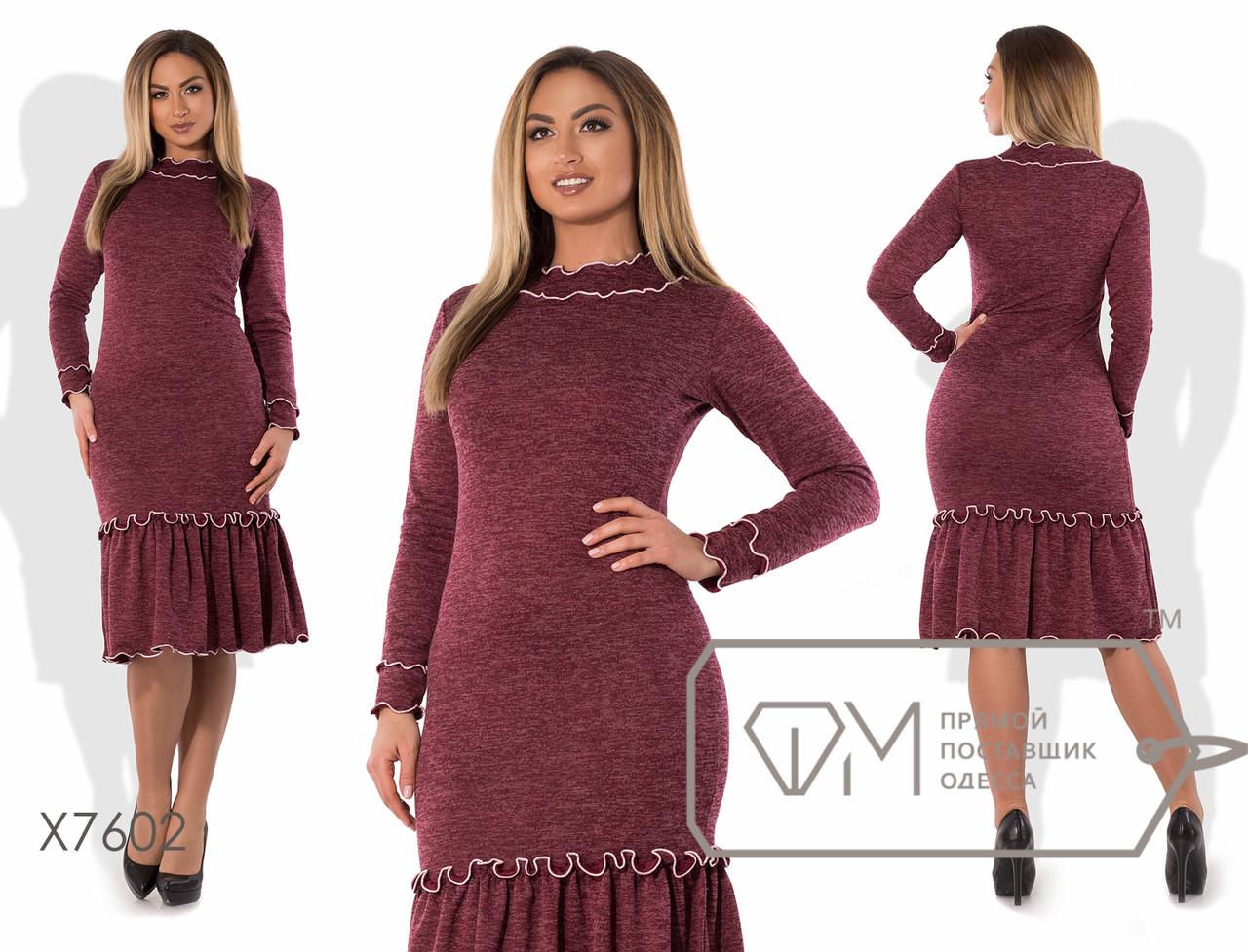 Платье-футляр миди облегающее из ангоры софт с широкой оборкой по подолу и отделкой контрастными спиральными рюшами X7602