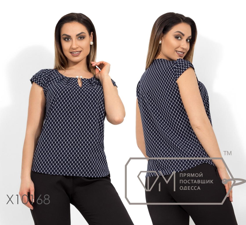 Блуза прямого кроя из софта с драпировкой на коротких рукавах, круглым вырезом и несъемным украшением на декольте X10168