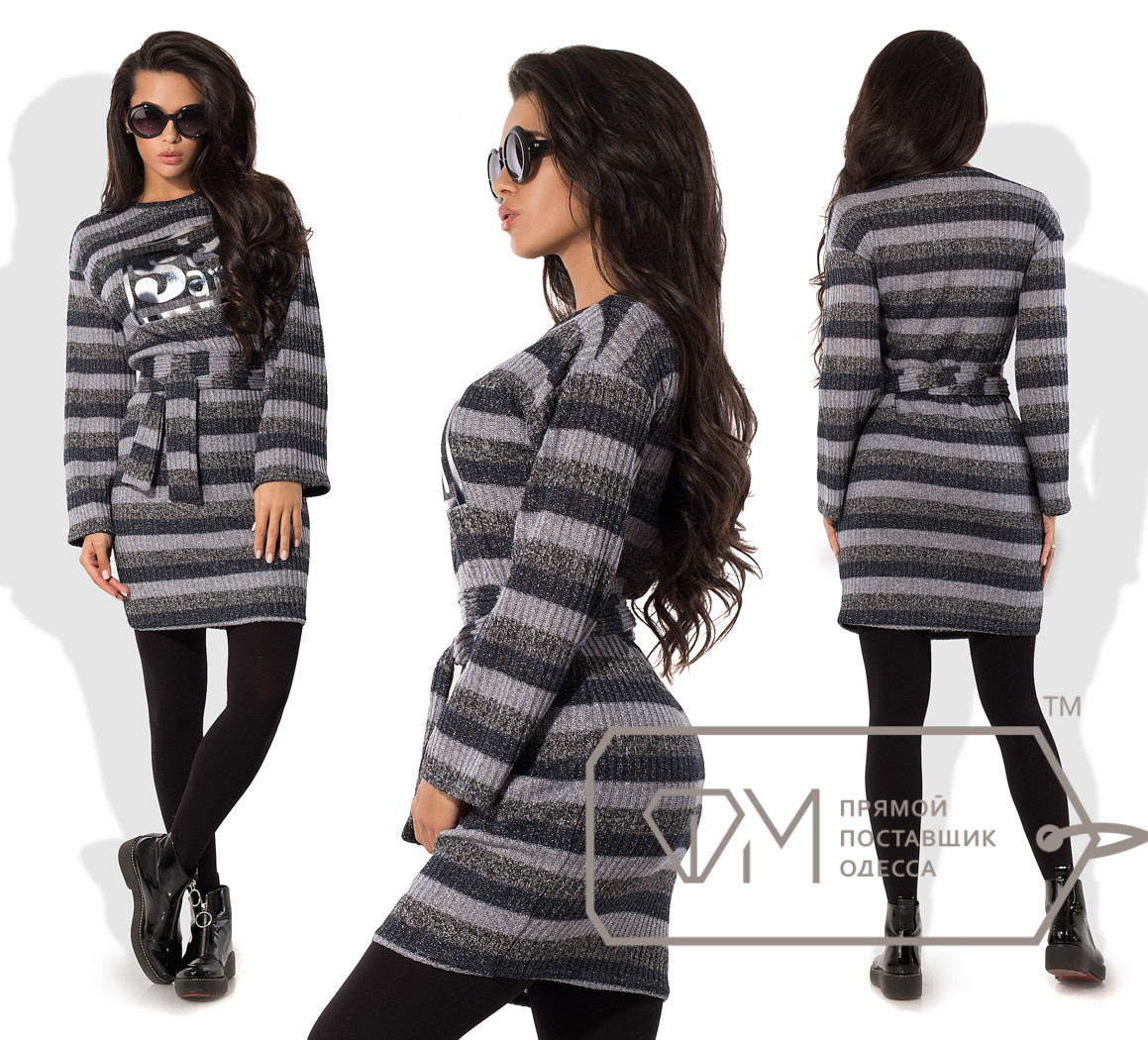 Платье-свитер мини облегающее из вязки с люрексом под пояс со спущенной проймой прямых рукавов и рисунком-накатом на груди 9920