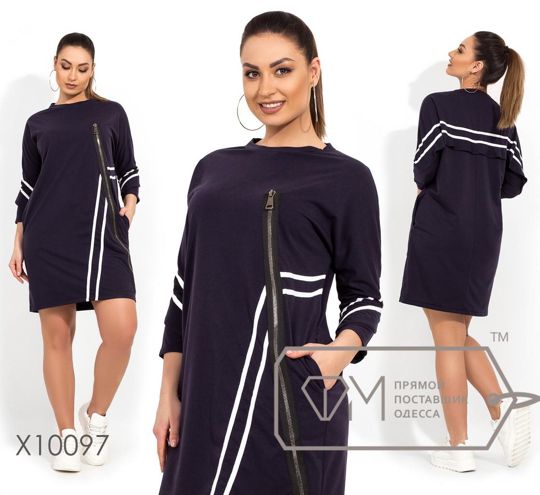Короткое платье в стиле спорт-шик с низко втачными рукавами и воланами, декорированно репсовой лентой и молнией X10097