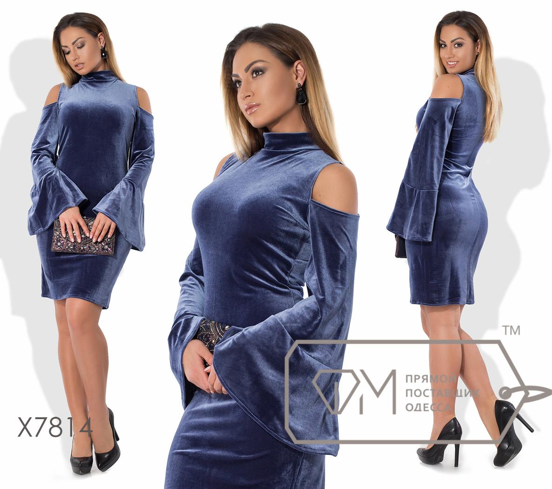 Платье-футляр миди облегающее из бархата с воротом-стойкой, глубокими вырезами на плечах и длинными расширяющимися рукавами-колокол X7814