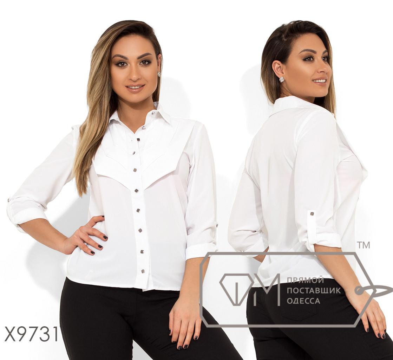 Белая блуза прямого кроя с застежкой по все длине, рукавами на патиках и декорирована складкой в области лифа X9731