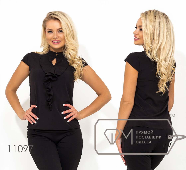 Черная классическая блуза-жабо из сфота с коротким рукавом воротником-стойка на застежке и вырезом-капелька на груди 11097