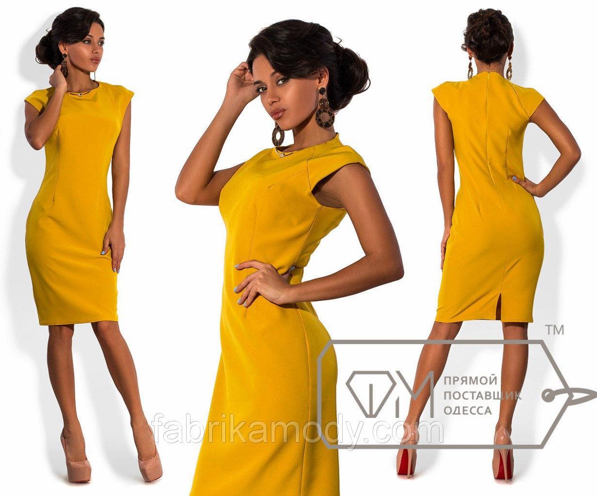Платье-футляр миди из костюмки приталенное без рукавов с разрезом и украшением на вырезе 6751