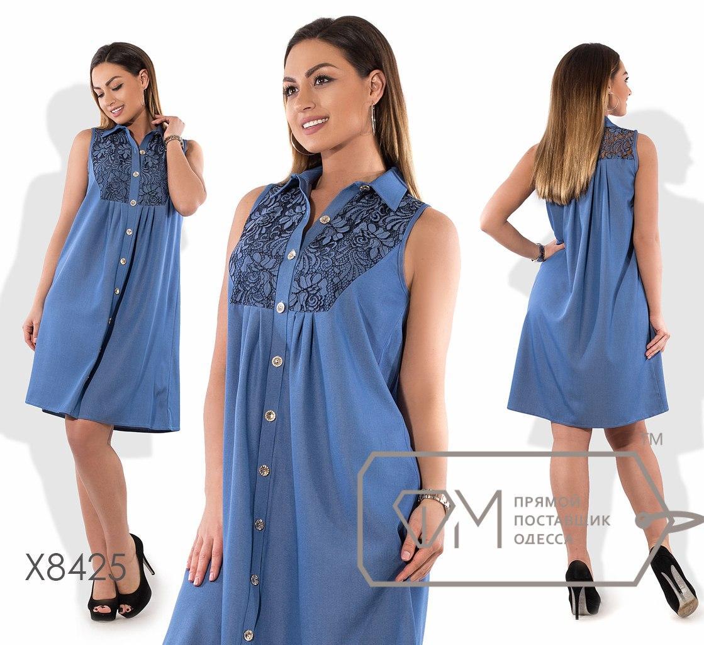 Платье-рубашка покроя трапеция мини из летнего джинса без рукавов с застёжкой по всей длине, расклешённое от кокетки на гипюре X8425