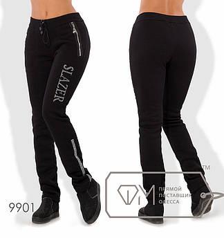 Спортивные штаны из трикотажа на флисе прямые с карманами-карго на молниях и надписью с полосами из страз 9901